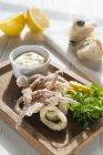 Calamaretti fritti freschi serviti — Foto stock