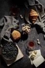 Petit déjeuner avec thé et croissants — Photo de stock