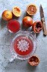 Кров помаранчевий сік з боку соковижималка — стокове фото