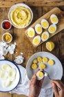 Humus Deviled huevos - foto de stock