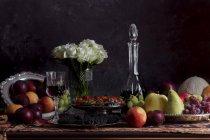 Frutas e legumes na mesa — Fotografia de Stock