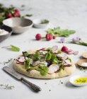 Focaccia-Brot mit frischem Salat — Stockfoto