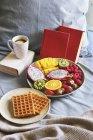 Prima colazione con caffè e cialde belghe — Foto stock