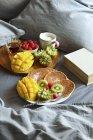 Colazione servita a letto con i pancake — Foto stock