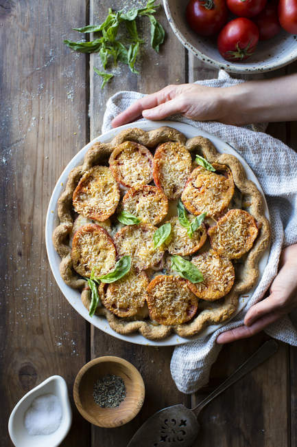 Клейковины бесплатно томатный пирог с базиликом — стоковое фото