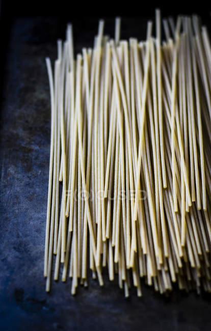 Reihe von Spaghetti auf schwarz — Stockfoto