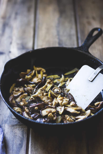 Unter Rühren braten Gemüse — Stockfoto