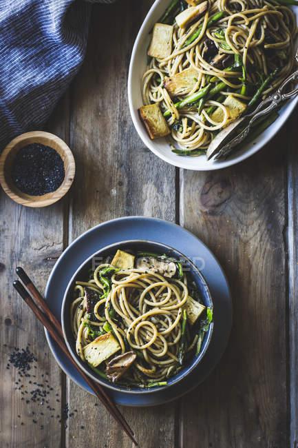 Sesamnudeln mit Tofu und Gemüse — Stockfoto