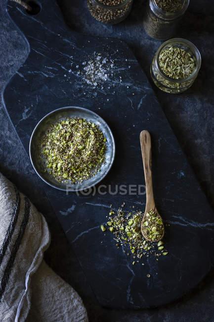 Zerkleinerten Körnern und Nüssen auf Löffel — Stockfoto