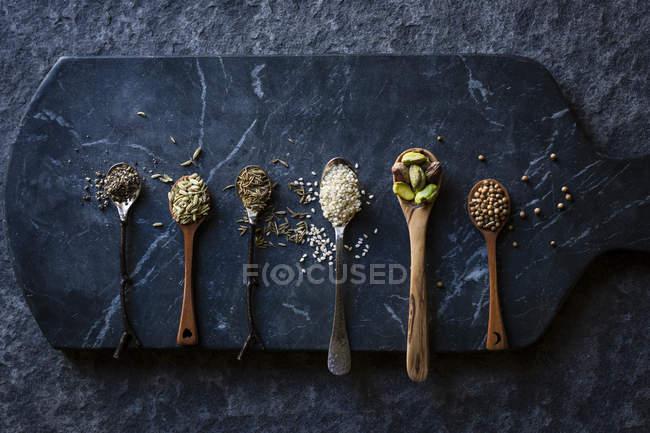Getreide und Nüssen auf Löffeln — Stockfoto