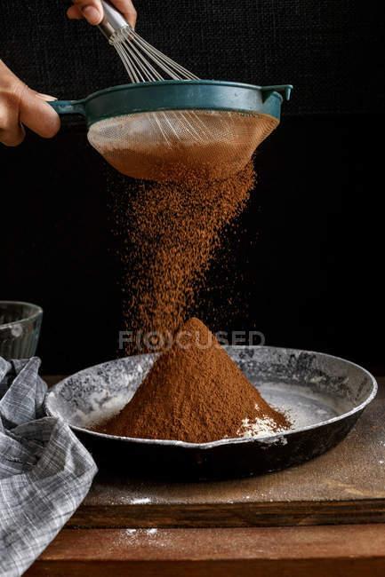 Sichten Kakaopulver — Stockfoto