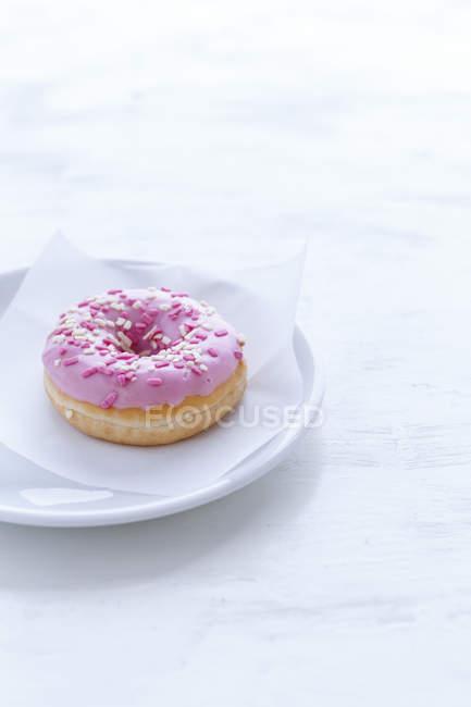 Rosa Donut auf Platte — Stockfoto