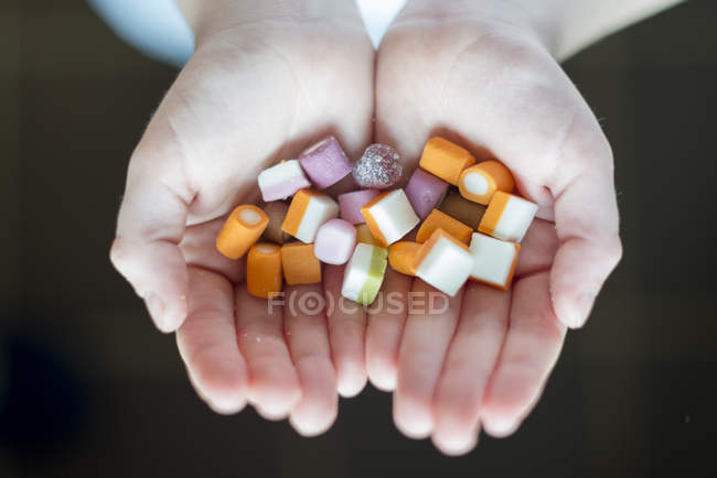 Boy Holding Süßigkeiten — Stockfoto