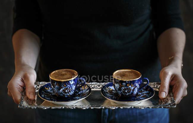 Tassen türkischen Kaffees auf silbernen Tablett — Stockfoto