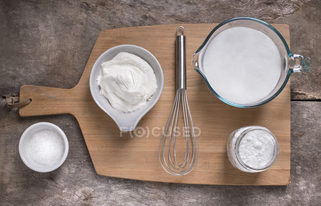 Ingredientes y glaseado blanco - foto de stock