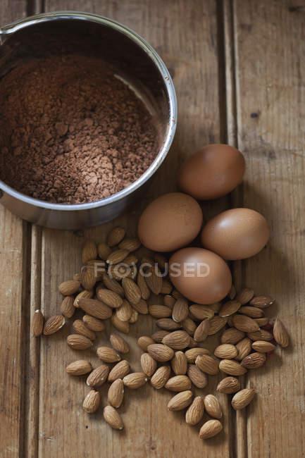 Kakao-Pulver und Ei — Stockfoto