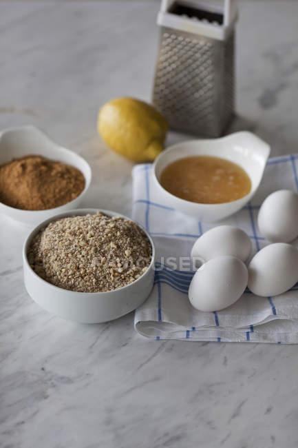 Backzutaten für Kuchen mit Mandeln — Stockfoto