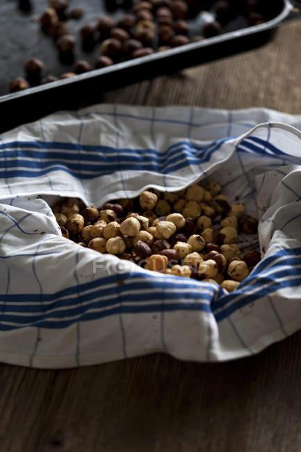 Geröstete Haselnüsse auf Küchentuch — Stockfoto