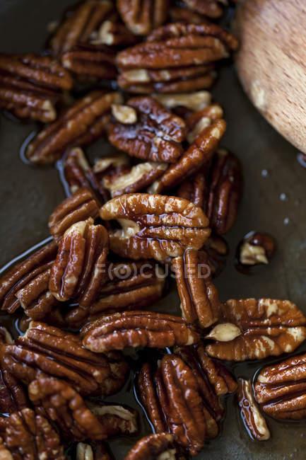 Karamellisierten Pekannüssen in Pfanne — Stockfoto