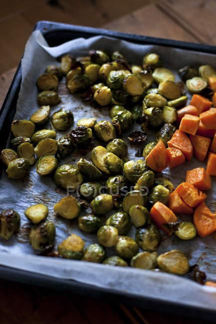 Gebratener Rosenkohl und Süßkartoffeln — Stockfoto