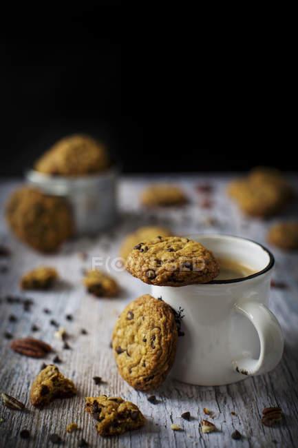 Biscotti con gocce di cioccolato con noce pecan — Foto stock