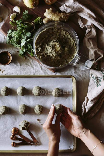 Женщина, в приготовление карри фрикадельки чечевицы — стоковое фото