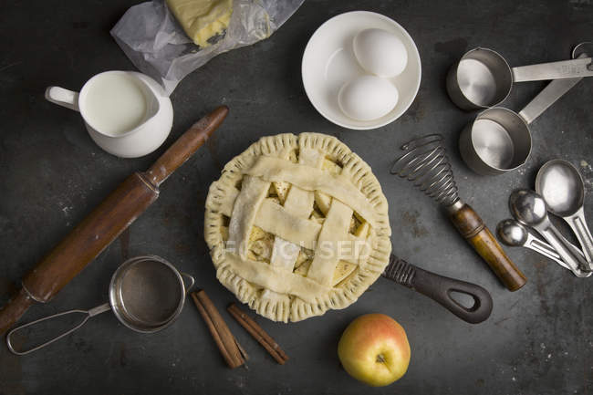 Apple pie with Ingredients for baking — Stock Photo