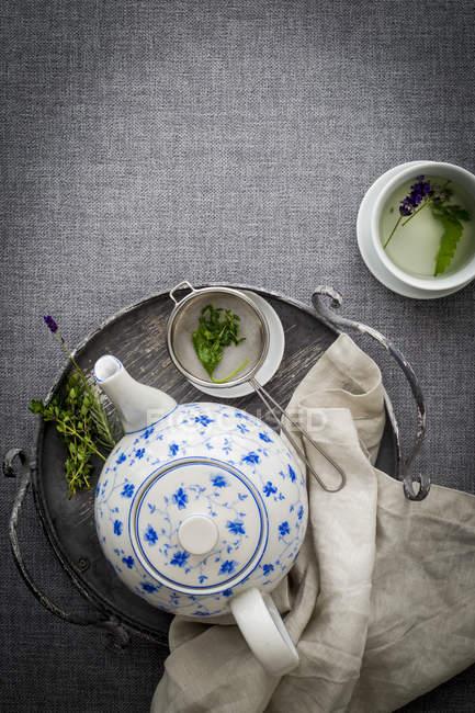 Чайник з синім квітковий візерунок — стокове фото