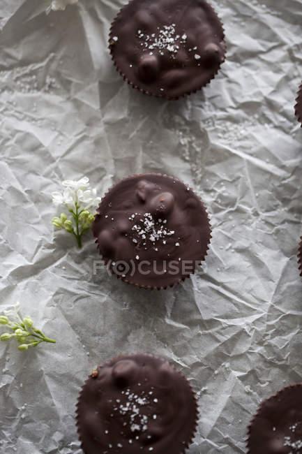 Шоколадні склянки наповнений карамель — стокове фото