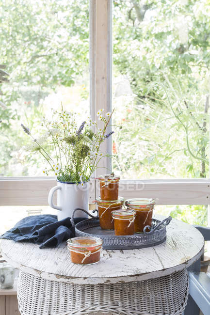 Aprikosen-Chutney Gläser auf Vintage Tablett — Stockfoto