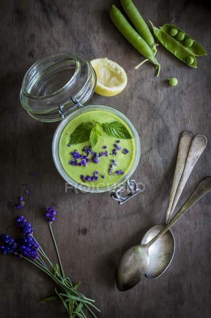 Grüne Gazpacho im Glas — Stockfoto