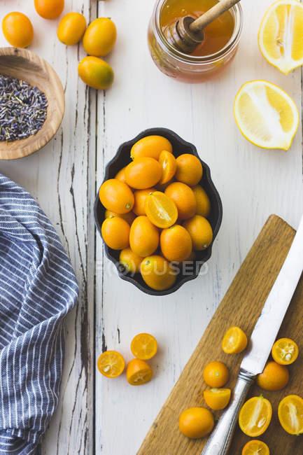 Kumquats et miel ingrédients de cuisine — Photo de stock