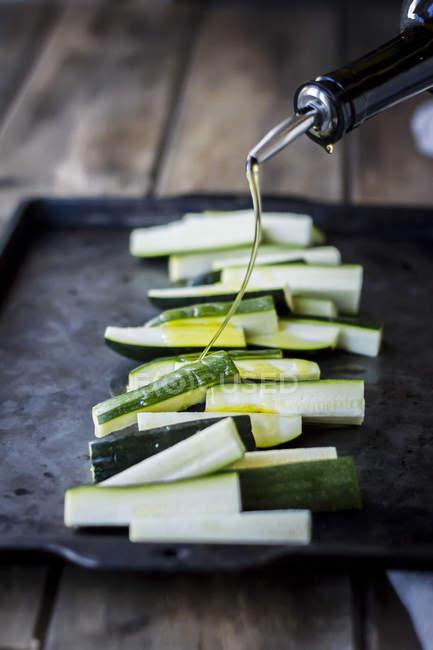 Courgettes sur le plateau de cuisson — Photo de stock