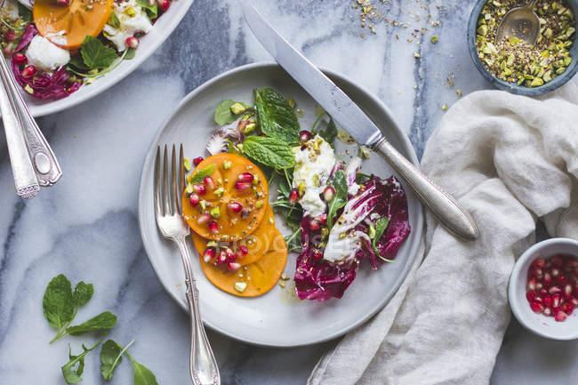 Kaki-Granatapfel-Salat — Stockfoto