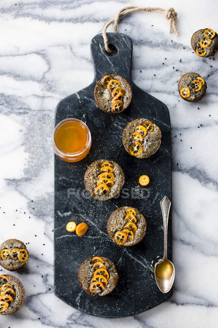 Kumquat und schwarzem Sesam-Kuchen — Stockfoto