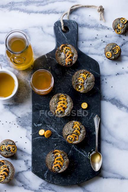 Kumquat und schwarzer Sesamkuchen — Stockfoto