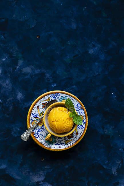 Sorbet à la mangue maison avec des feuilles de menthe — Photo de stock