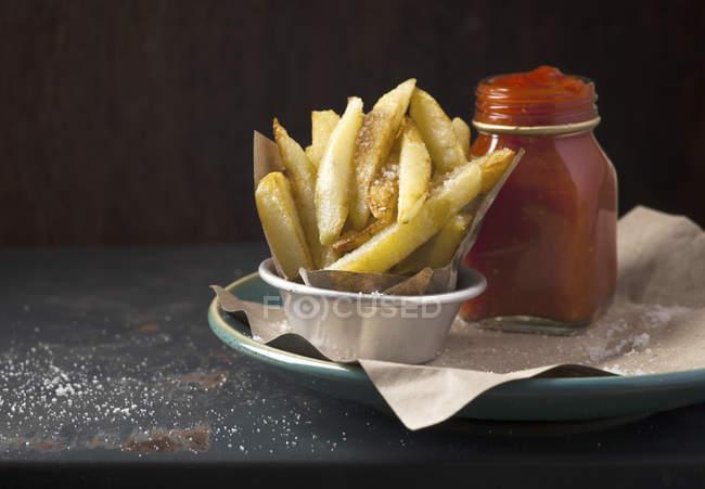 Pommes mit Tomatensauce — Stockfoto