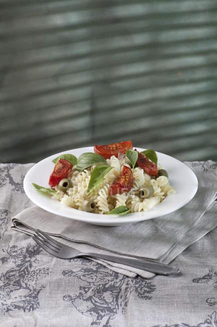 Nudeln mit gebackenen Tomaten und Oliven — Stockfoto