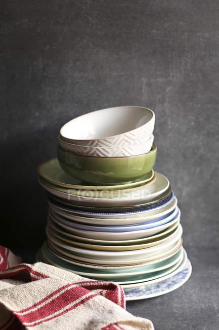 Pile d'assiettes colorées — Photo de stock