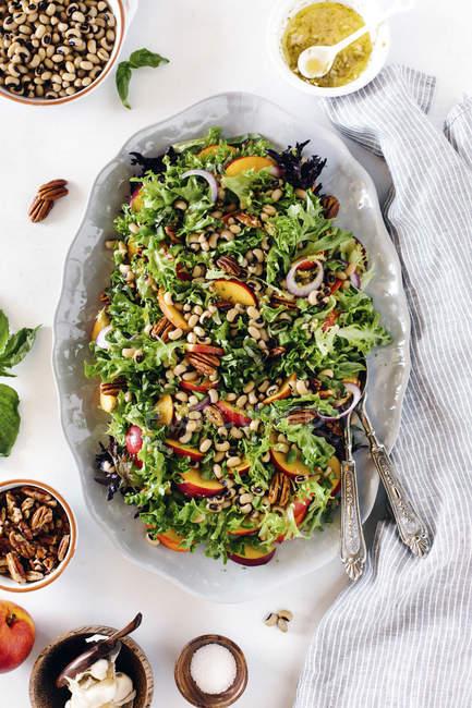 Salada com pêssegos e pecãs — Fotografia de Stock