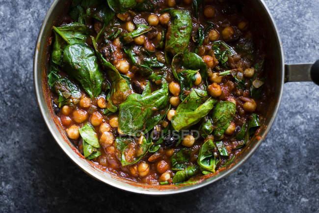 Нута пасты шпинатом с оливками — стоковое фото