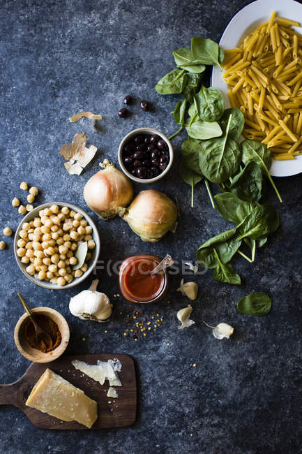 Ingredients for chickpea spinach pasta — Stock Photo