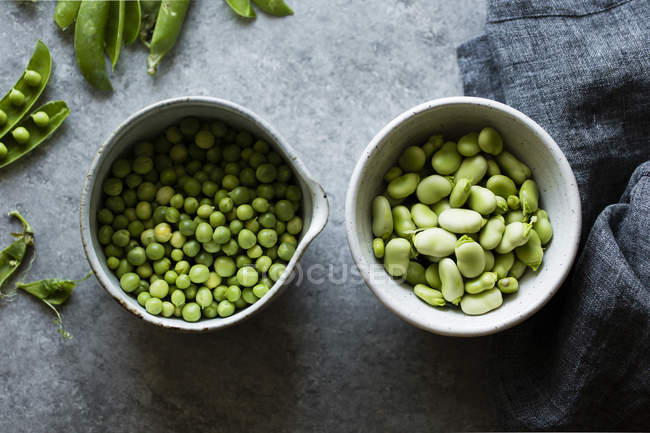 Fresh green peas and fava beans — Stock Photo