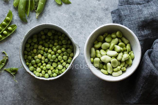 Свіжий зелений горошок і fava квасолі — стокове фото