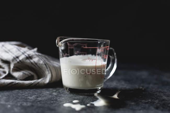 Babeurre frais en pichet — Photo de stock