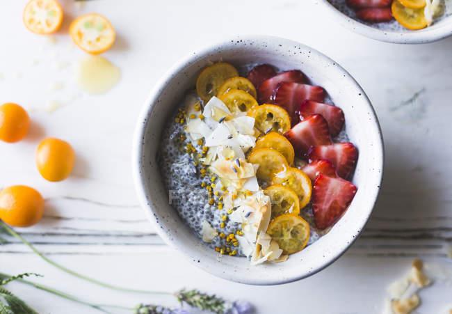 Чіа пудинг сніданок миски — стокове фото