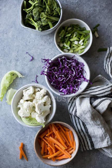 Порізані овочі в чаші — стокове фото