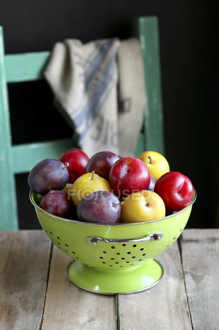 Спелые красочные сливы — стоковое фото