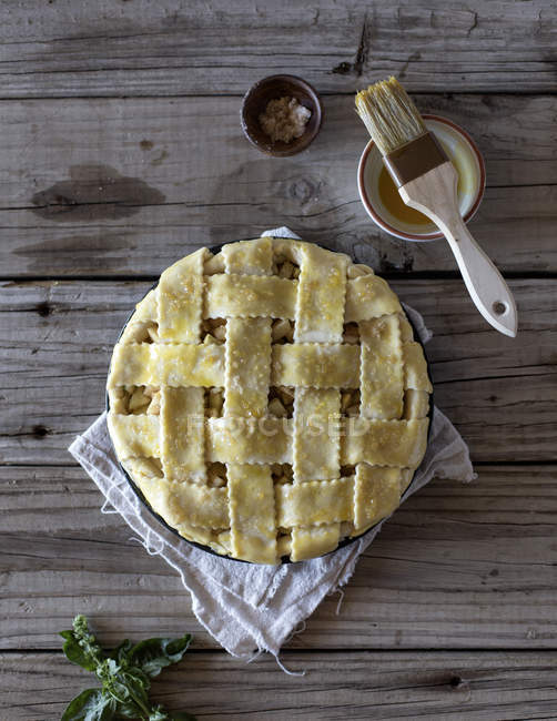 Unbaked caramel apple pie — Stock Photo